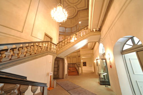 Foyer between vestibule and loge with access to staircase