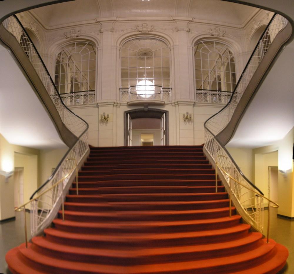 Komische_Oper_Berlin_interior_Oct_2007_Stairs