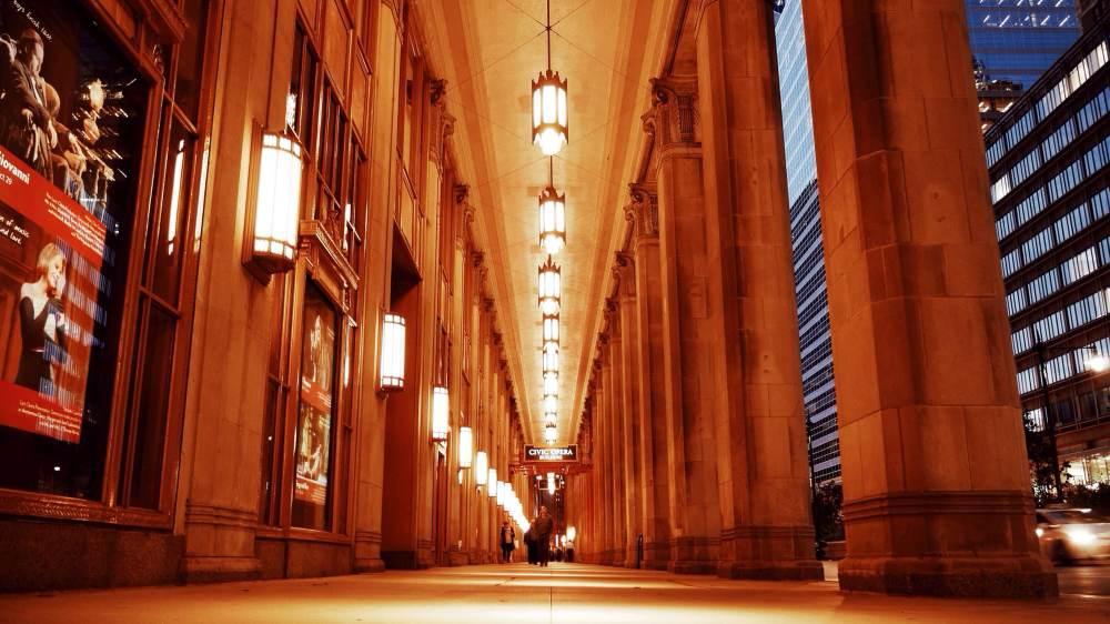 opera-house-chicago-at-night-100814