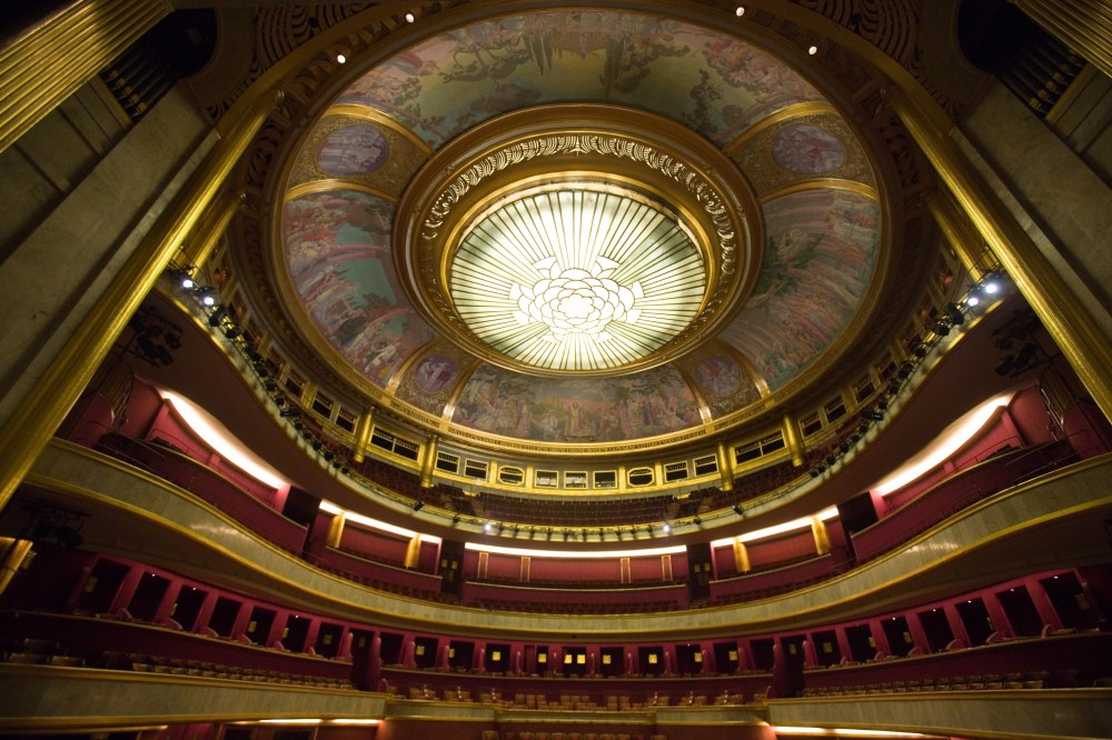Interview mit dem Direktor des Theatre des Champs-Elysées dem 51-jährigen Michel Franck. Aufnahmen des 1913 im Jugendstil und Art Deco erbauten Theaters.