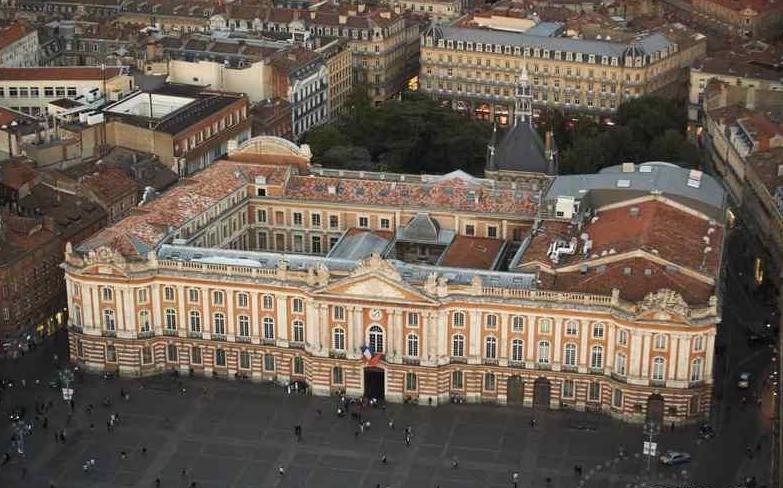 FR_Midi_Pyrenees_Toulouse_Place_du_Capitole_fc30bcf216e7420ab1fc6cd806d718f5