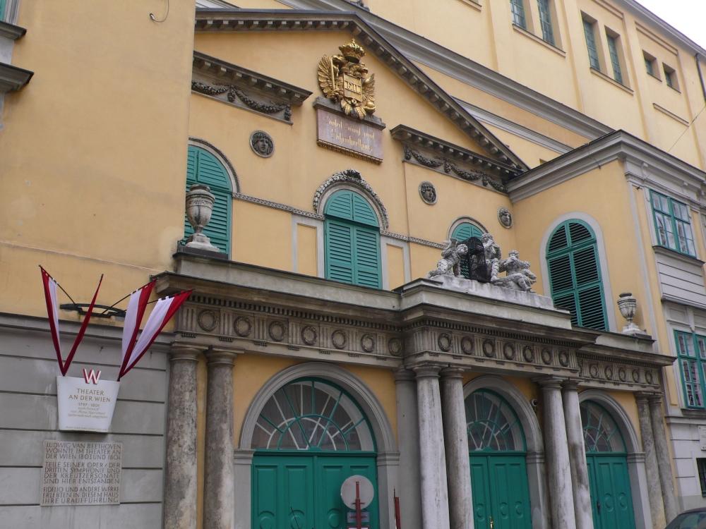 Wien_Theater_an_der_Wien_Papagenotor1