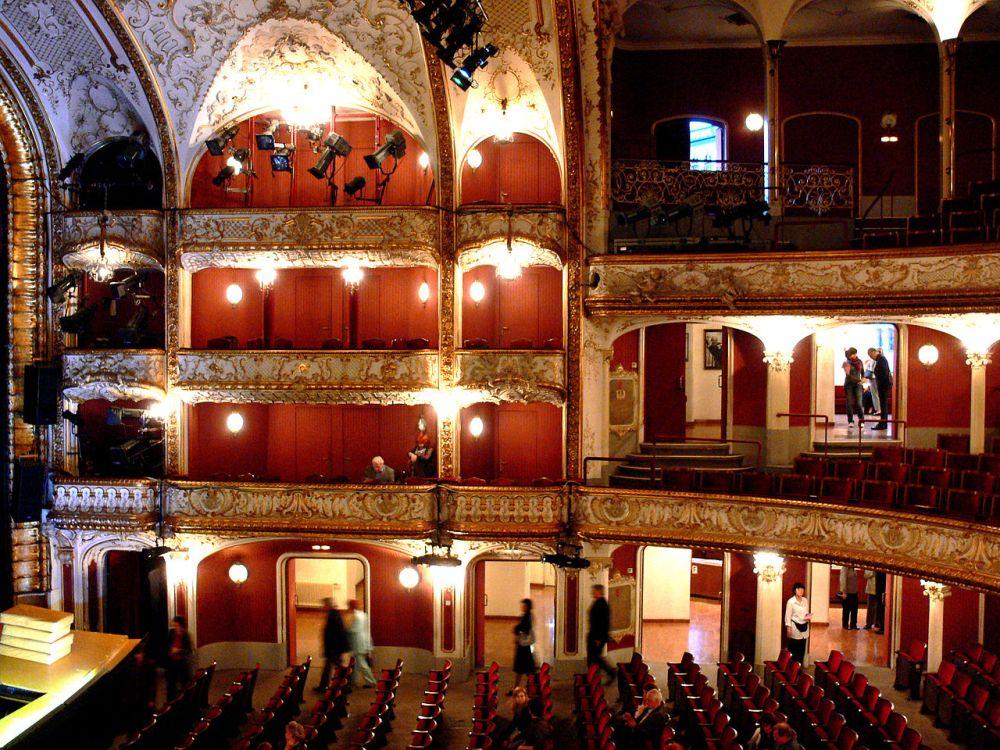 1280px-Wien_Volkstheater_Zuschauerraum_1