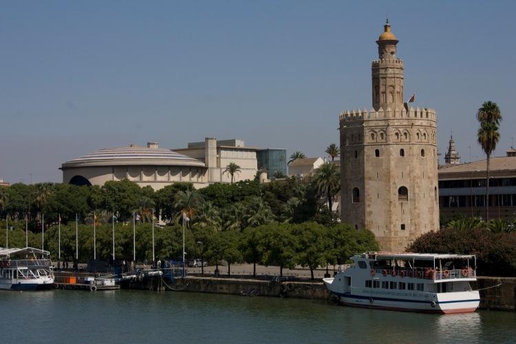 Sevilla-Torre_del_Oro_y_el_Teatro_de_la_Maestranza-20110915-09132