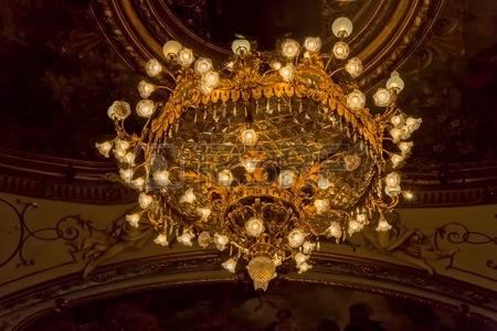 35879564-zagabria-croazia--14-ottobre-2014-chandelier-sul-soffitto-dipinto-del-teatro-nazionale-croato-di-un-