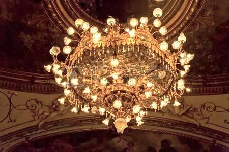 35879564-zagabria-croazia-14-ottobre-2014-chandelier-sul-soffitto-dipinto-del-teatro-nazionale-croato-di-un